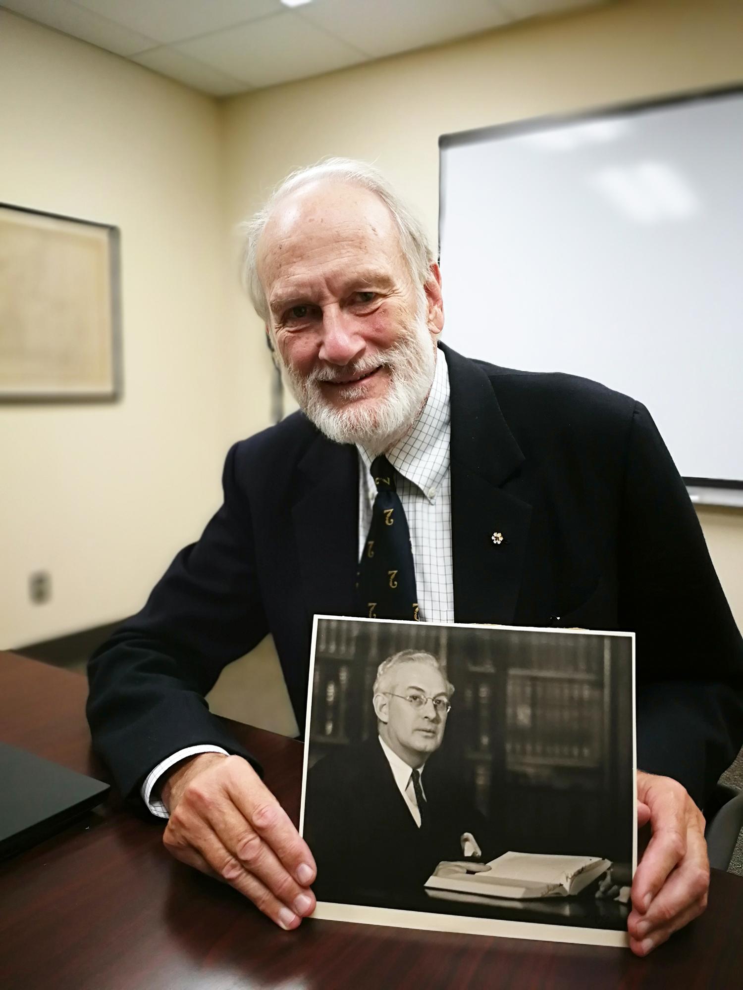 Le Dr Jonathan Larmonth Meakins, OC, FRCSC, avec une photo de son grand-père, le Dr Jonathan Campbell Meakins, FRCPC