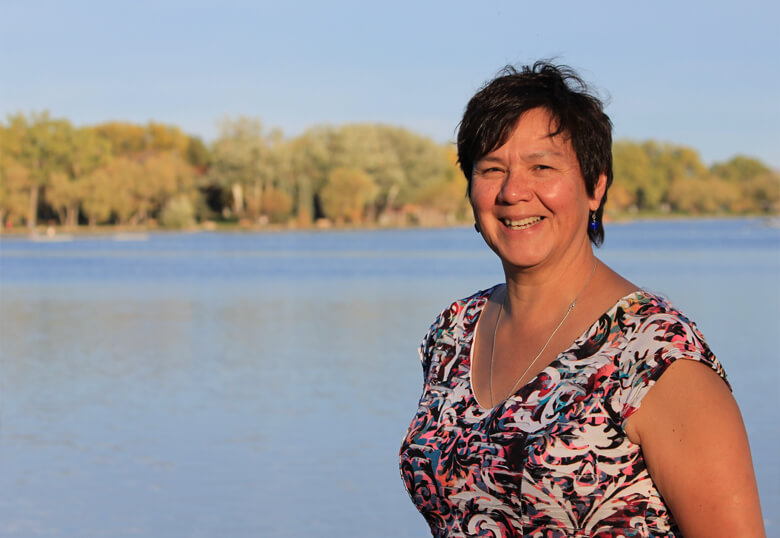 Dr. Esther Tailfeathers (crédit photo: University of Lethbridge)