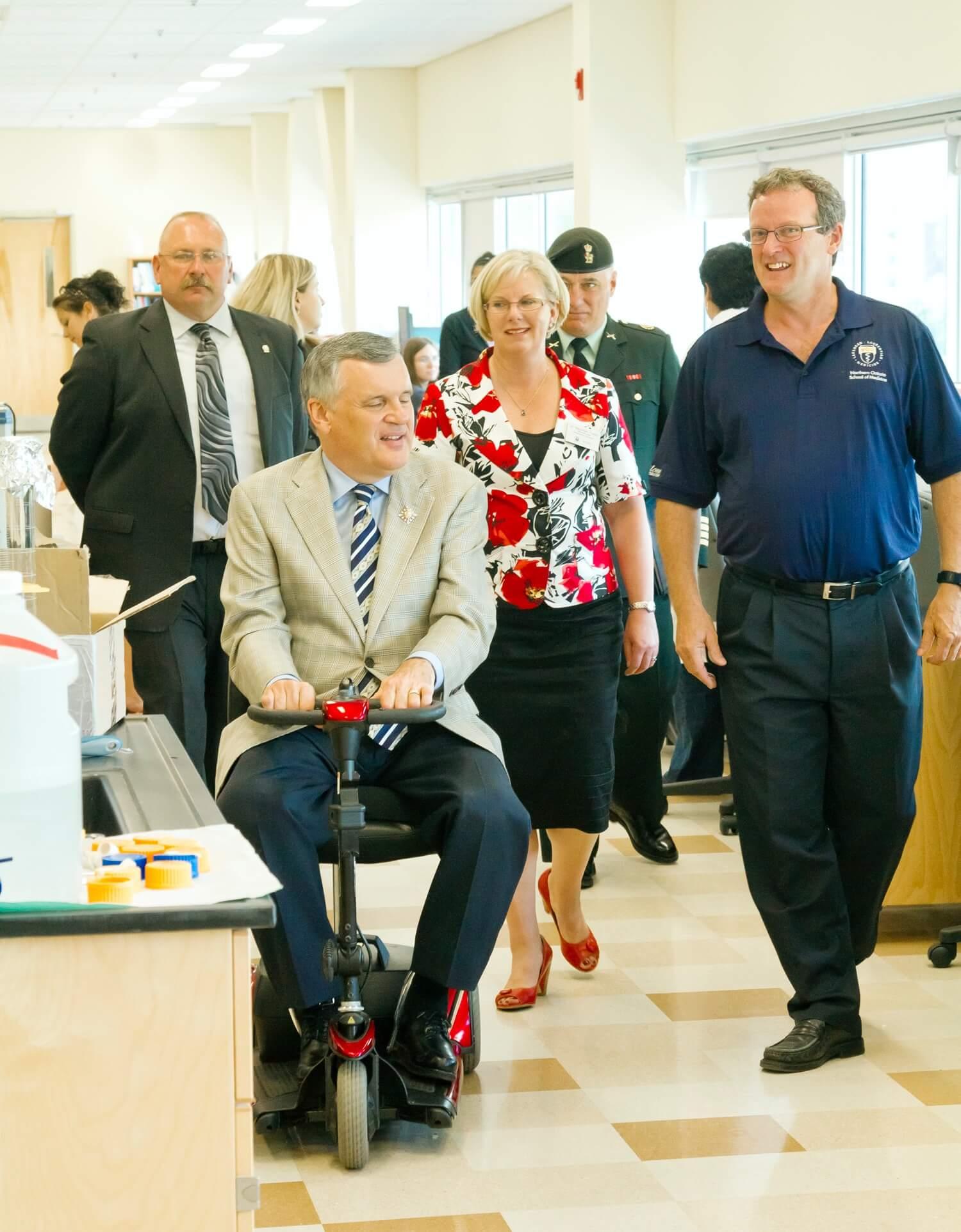 L'honorable David C. Onley, ancien lieutenant-gouverneur de l'Ontario, en visite au Campus de Sudbury de l'EMNO avec la Dre Topps, 2010