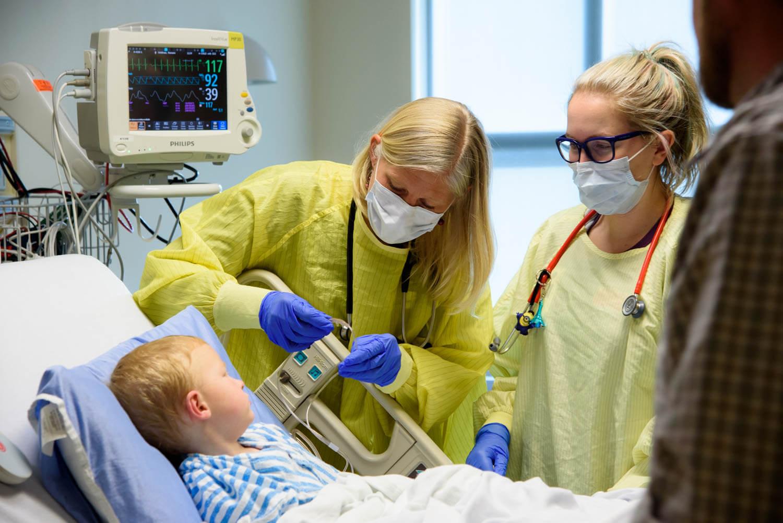 La Dre Bailey avec un patient et une infirmière praticienne à l'Hôpital pour enfants de l'Alberta.