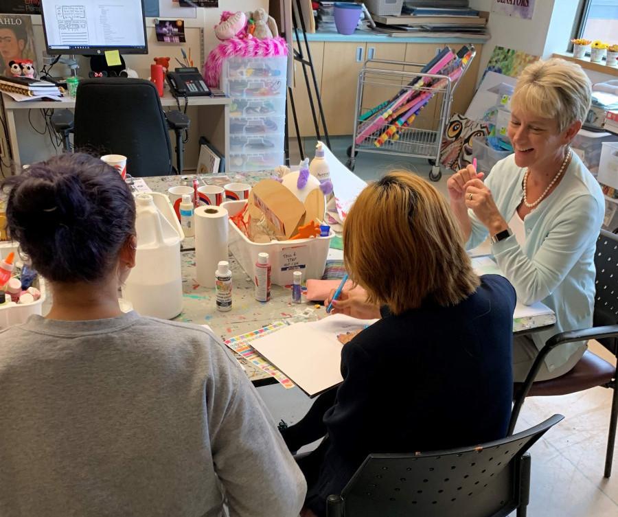 La Dre Spettigue et des patients à la salle d'art thérapie, CHEO