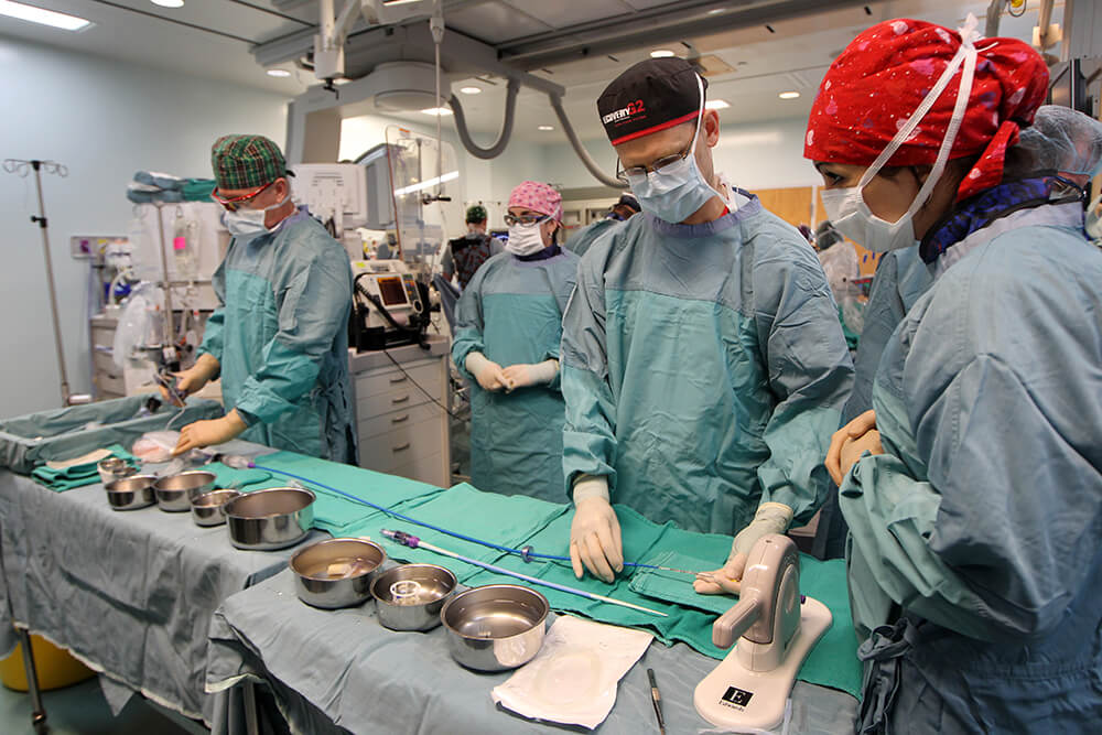 Le Dr Archer se préparant pour un traitement endovasculaire d'un AVC.